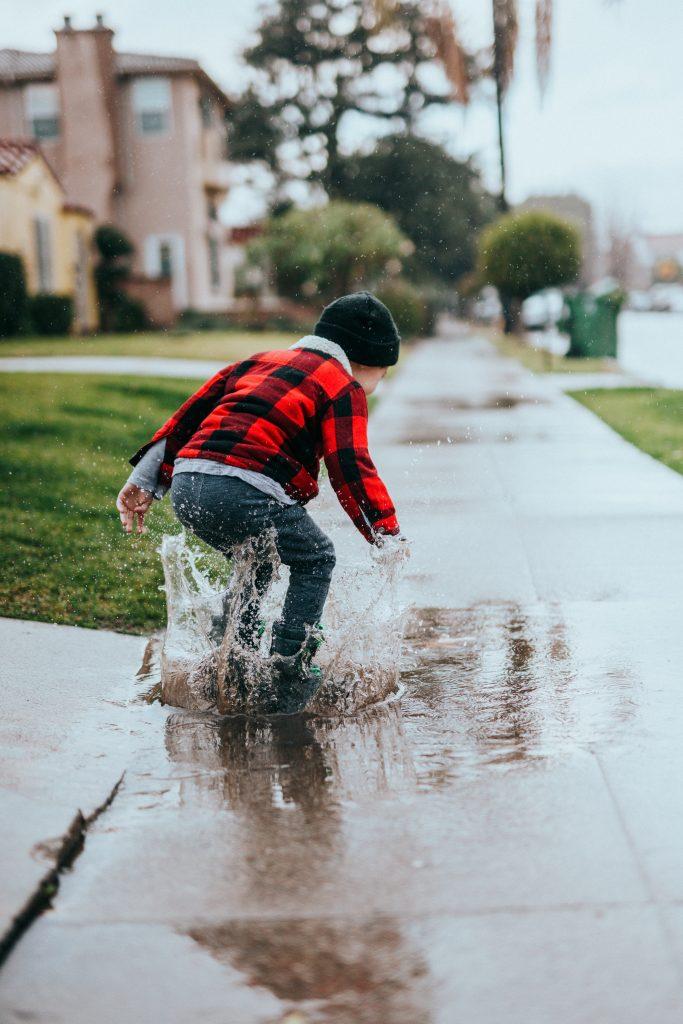 spelend kind. Photo by Nathan Dumlao on Unsplash