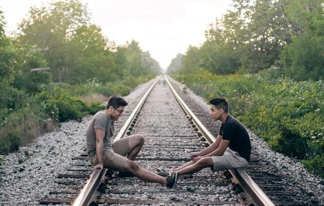 2 mannen luisteren naar elkaar